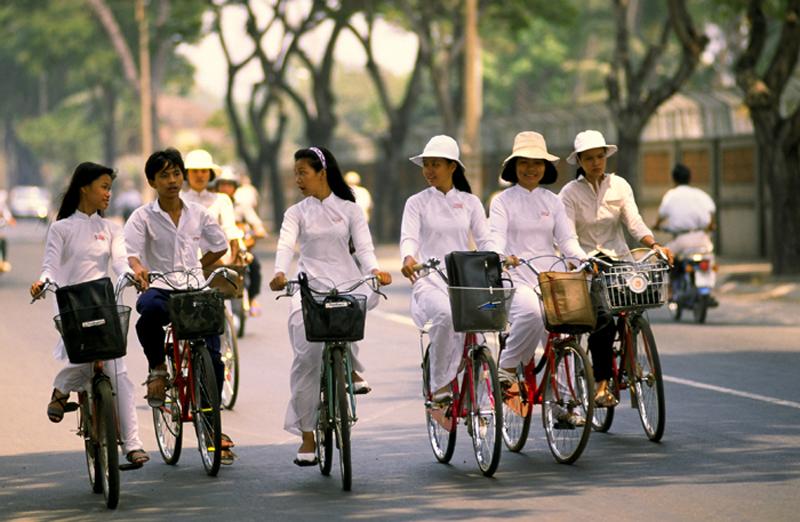 Des étudiants vietnamiens à vélo